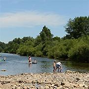 Dammen-bouwen-Ardeche-camping-aan-rivier